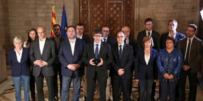 Puigdemont speaks after the referendum, backed by all his government.